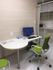 診察机と電子カルテ